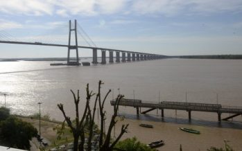 Un hombre se tiró al río desde el Puente Rosario-Victoria y es buscado por la Prefectura