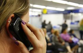 Autorizarán el uso de teléfonos celulares en bancos