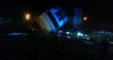 Camión que transportaba agroquímicos tumbó en el ingreso sur a Candioti